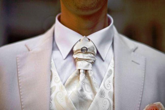 Білі чоловічі костюми на весілля