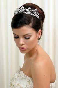 Весільні зачіски з діадемою. 100 фото